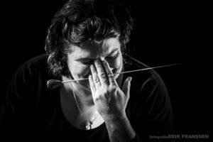 Alike Jonkman, dirigente. Lachend met dirigeerstokje.